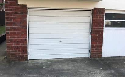 Lock-up Garage with extra Parking Space